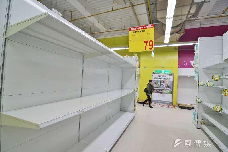民眾搶購衛生紙,許多大賣場存貨已銷售一空,引發物價上漲的疑慮。(盧逸峰攝)