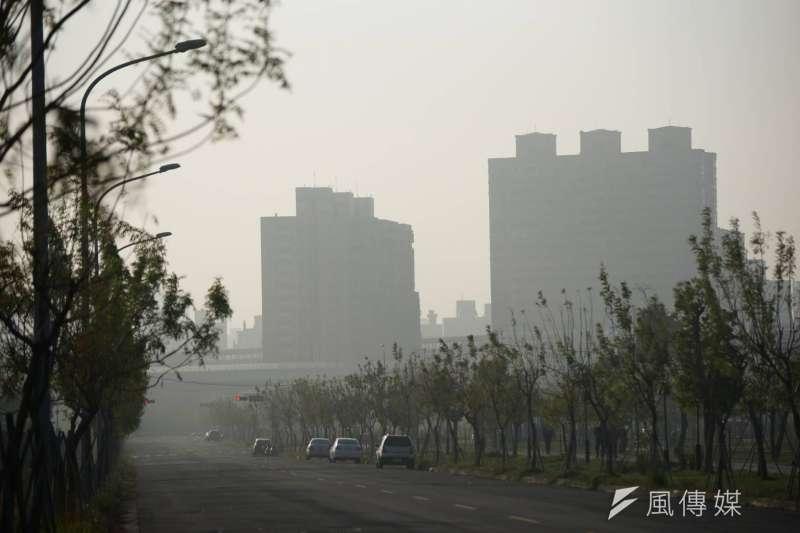 醫師強調,PM2.5進人體後,須透過泌尿系統排出,會刺激細胞、增加罹癌風險。圖為空氣污染嚴重,能見度不高。(資料照,盧逸峰攝)