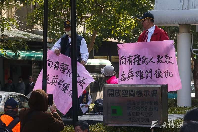 反年金改革團體「八百壯士」立法院抗爭 。(陳明仁攝)