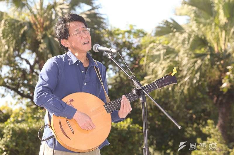 金曲獎歌手「音樂農夫」的林生祥,,出席「面對核電代價,翻轉能源未來」311廢核大遊行,綠能音樂會。(陳明仁攝)