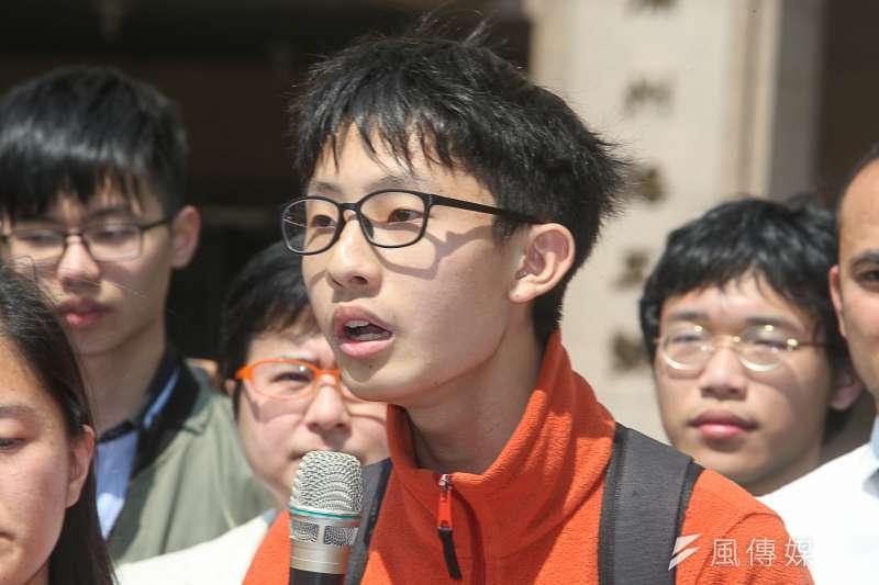 周秉宇(成功高中),出席臺灣伴侶權益推動聯盟「同志教育就是人權教育:抗議『反同志教育』公投,呼籲中選會依法駁回」記者會。(陳明仁攝)