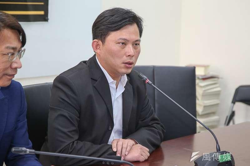 時代力量立委黃國昌表示,現行《法官法》針對法官的淘汰及處罰機制有很大的漏洞。(陳明仁攝)
