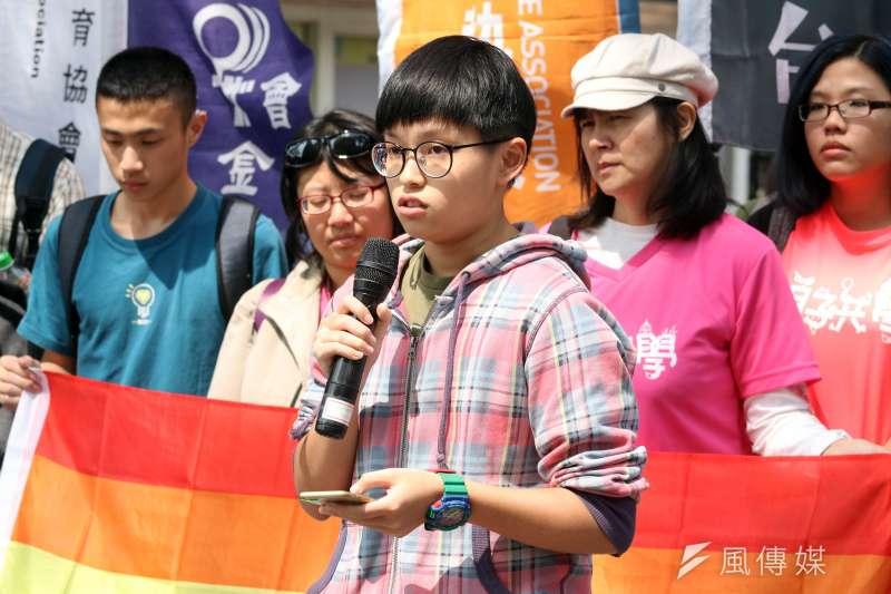 20180314-台灣同志諮詢熱線協會下午召開「勿讓公投成為仇恨工具 生師親一起守護同志教育」記者會。圖為跨性別同志青少年阿又上臺發言。(蘇仲泓攝)