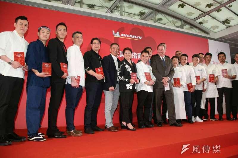 台北米其林指南14日下午發布,圖為一星得獎餐廳主廚大合影。(陳明仁攝)