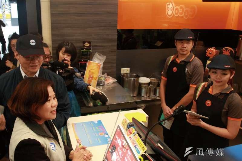 20180417-勞動部長許銘春率隊檢查連鎖飲料店工作環境。(陳韡誌攝)