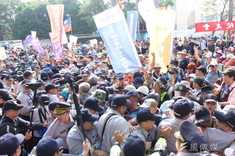 警察永遠在抗爭第一線守護秩序。圖為反年改團體與警察發生衝突並試圖闖入立院。(顏麟宇攝)