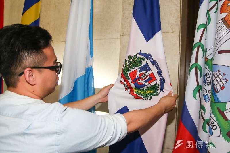 20180501-外交部長吳釗燮召開記者會,宣布我國和多明尼加共和國斷交。圖為外交部入門大廳呈列的多明尼加共和國國旗。(陳明仁攝)