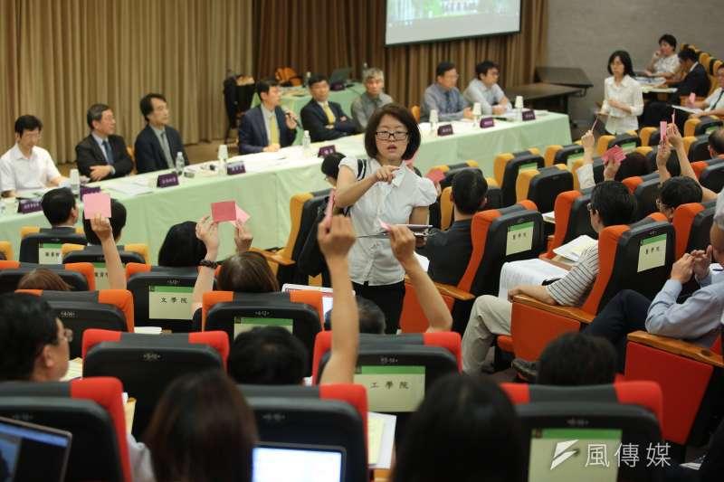 台大臨時校務會議要求教育部儘速聘任校長當選人管中閔,不過,一群「龍頭法律學者」却批評該次會議不具法律專業,要求「重整」規範。(顏麟宇攝)
