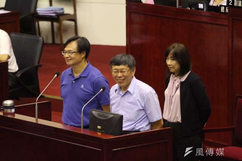 針對「柯綠分手」後會不會請辭,台北市民政局長藍世聰(左一)表示,工作非常愉快,還有很多事沒做,「我們是超越藍綠的團隊」。(陳韡誌攝)