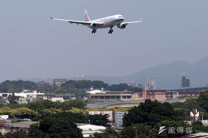 松山機場,華航班機下降。(蘇仲泓攝)