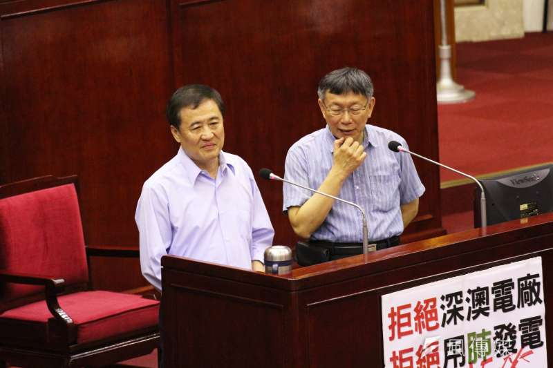 陳景峻(左)確定不辭北市副市長,理由是讓「白綠合作」繼續。民進黨和北市長柯文哲(右)的競合關係,再添遐想空間。(資料照,陳韡誌攝)