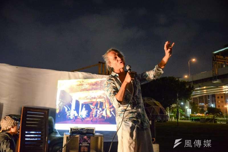 金枝演社創辦人王榮裕29日晚間於華山大草原上,分享華山從隸屬菸酒公賣局的酒廠變身藝術特區的種種原因。(甘岱民攝)