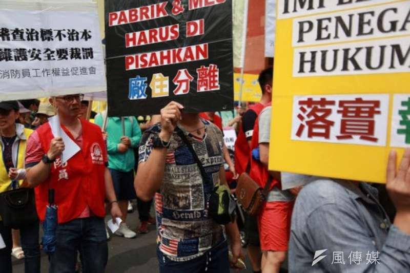 20180603-消防員工作權益促進會、台灣移工聯盟等多個團體3日發起「只求發展拚經濟,耗損環境賠人命」敬鵬大火聯合遊行。(簡必丞攝)