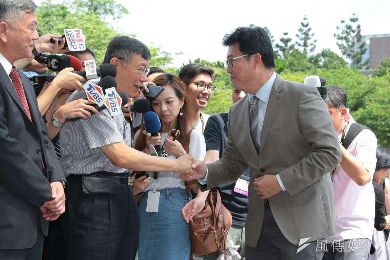 台北市長柯文哲(左)與民進黨台北市長參選人姚文智(右)握手。(顏麟宇攝)