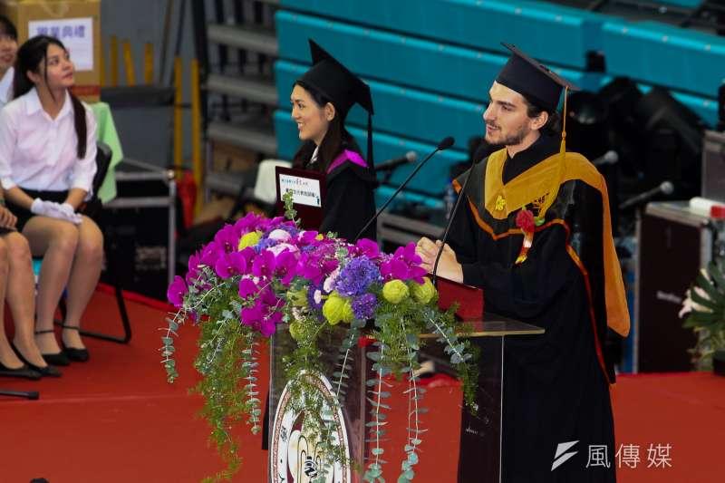 20180610-台灣大學畢業典禮,畢業生代表邱瀞慧(左)、來自義大利的國際交換生代表馮笛(Giovanni)分別致詞。(陳明仁攝)