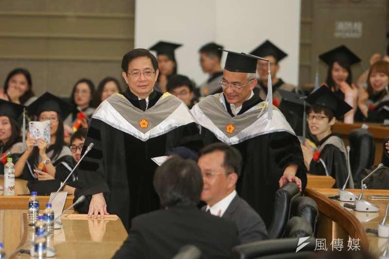 管中閔(左)早上著博士袍在台大財金系小畢典致詞,晚間在臉書發文給台大全體畢業生。(陳明仁攝)