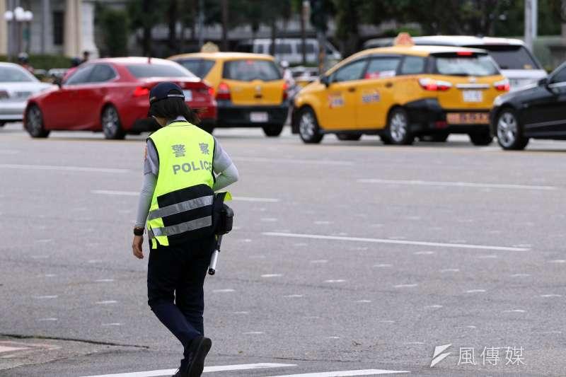 20180703-總統府前值勤女警背影。(蘇仲泓攝)