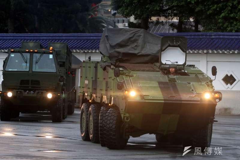 國軍陳展裝備撤收離場,雲豹8輪甲車挪動車身,左後方為天弓一型飛彈發射車。(蘇仲泓攝)