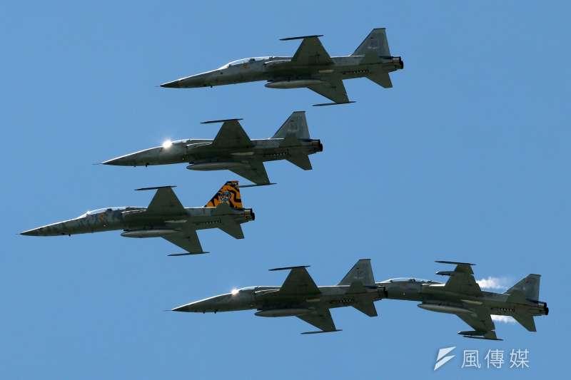 20180709-年度第一場全民國防教育營區開放活動,即將在14日假空軍台東志航基地登場,9日上午舉行全兵力預校。圖為本場的F-5型機以五機編隊衝場,通過會場上空。(蘇仲泓攝)