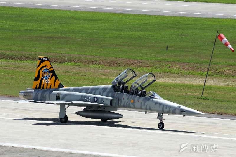 20180709-年度第一場全民國防教育營區開放活動,即將在14日假空軍台東志航基地登場,9日上午舉行全兵力預校。圖為有著彩繪塗裝的F-5型機滑回大坪。(蘇仲泓攝)