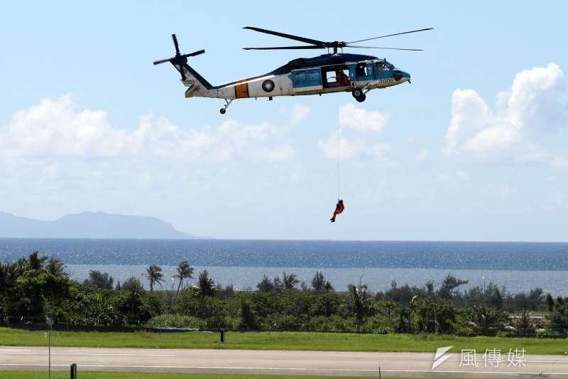 20180709-年度第一場全民國防教育營區開放活動,即將在14日假空軍台東志航基地登場,9日上午舉行全兵力預校。圖為S-70C救護直升機人員吊掛演練。(蘇仲泓攝)