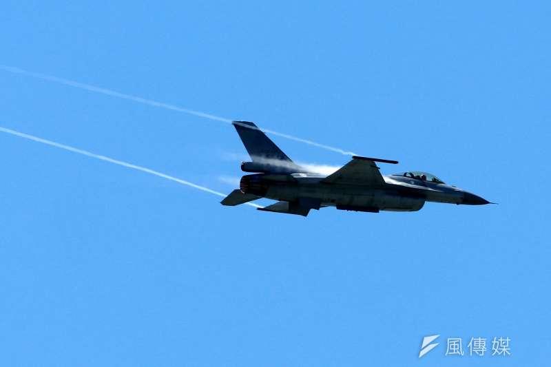 20180709-年度第一場全民國防教育營區開放活動,即將在14日假空軍台東志航基地登場,9日上午舉行全兵力預校。圖為F-16型機單機性能展示。(蘇仲泓攝)