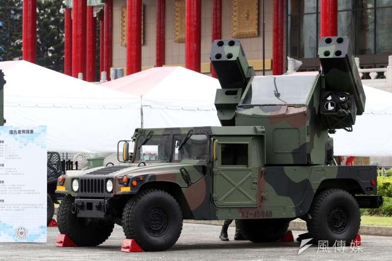 目前陸軍所使用的「復仇者飛彈」使用已久,卻是野戰防空的主力,但其所使用的刺針飛彈開始出現老化、車輛有翻覆疑慮等問題,陸軍未來也將在外購或採購國造的野戰防空飛彈中進行選擇。圖為復仇者飛彈發射車。(蘇仲泓攝)