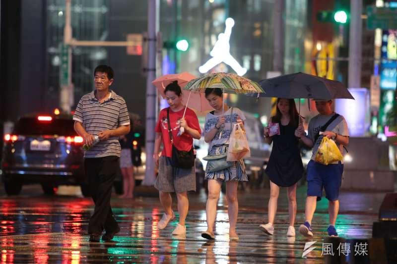中央大學大氣科學系兼任副教授吳德榮表示,颱風假到底該不該放是縣市首長必須面對的問題,預報不會百分百正確,首長要有防災觀念。圖為昨台北街頭。(顏麟宇攝)