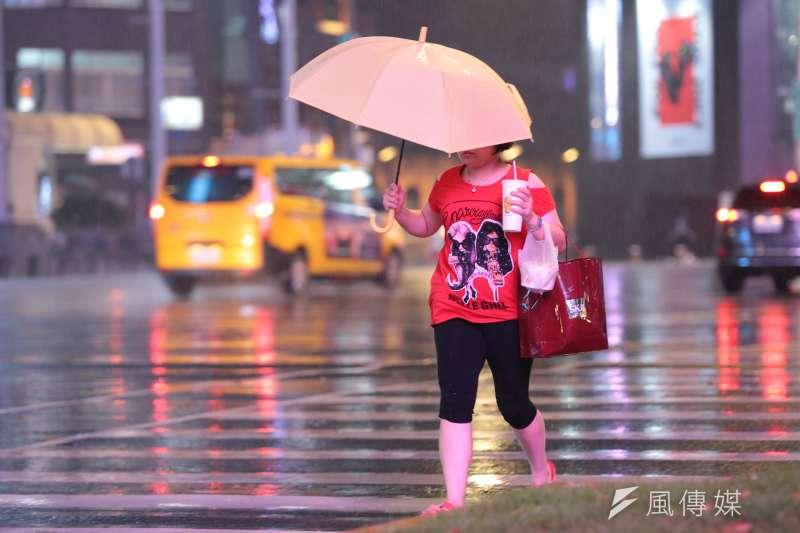 20180710-颱風瑪莉亞來襲,晚間風雨愈漸加驟。(顏麟宇攝)