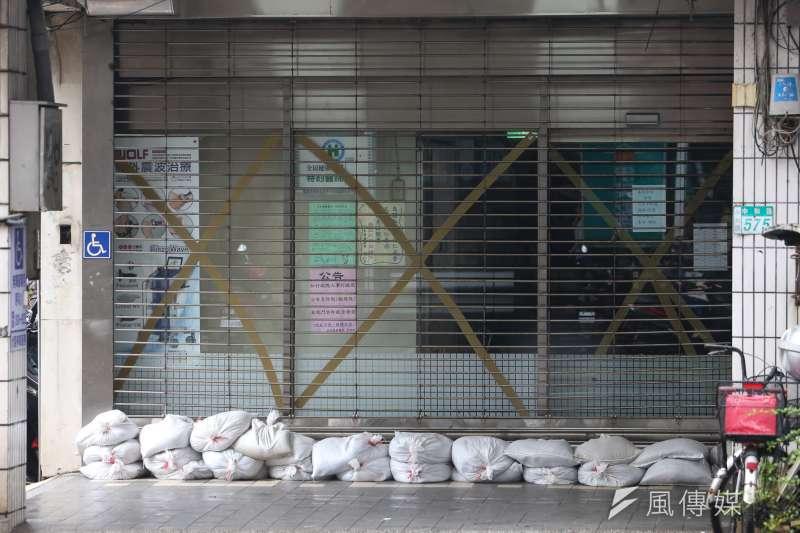 20180711-「瑪莉亞」颱風飛掠北台灣,引發北北基颱風假不同調熱議,即景,有驚無險,沙包及防颱措施有備無患,新北市因放假,恢復步調放慢。(陳明仁攝)