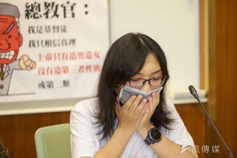 長庚大學跨性別女學生小雯(化名)錄音控教官性騷擾反遭提告,小雯在述說過程時,數度哽咽拭淚。(陳明仁攝)