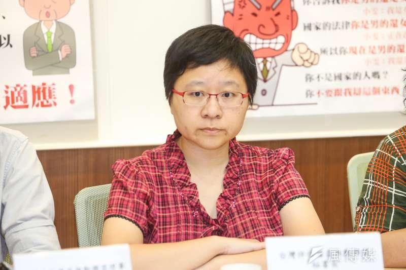 台灣伴侶權益推動聯盟秘書長簡至潔,出席「讓每個孩子都可以成為自己-從立即停止在校園中的隔離與歧視開始」記者會,會中播放被指涉性騷擾錄音時,跨性別學生小雯先避聽免二次傷害。(陳明仁攝)