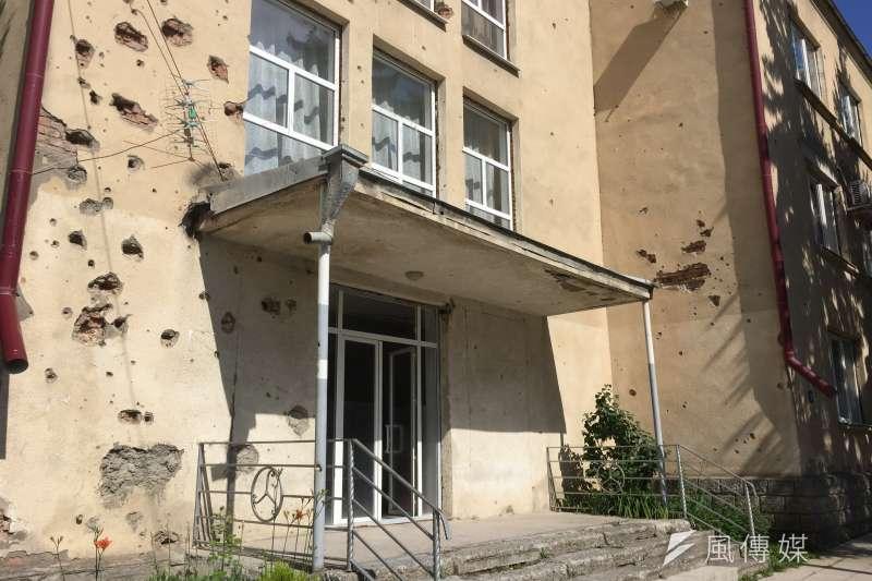 南奧塞梯亞首都茨辛瓦利保留遭戰火摧殘的建築(簡恒宇攝)