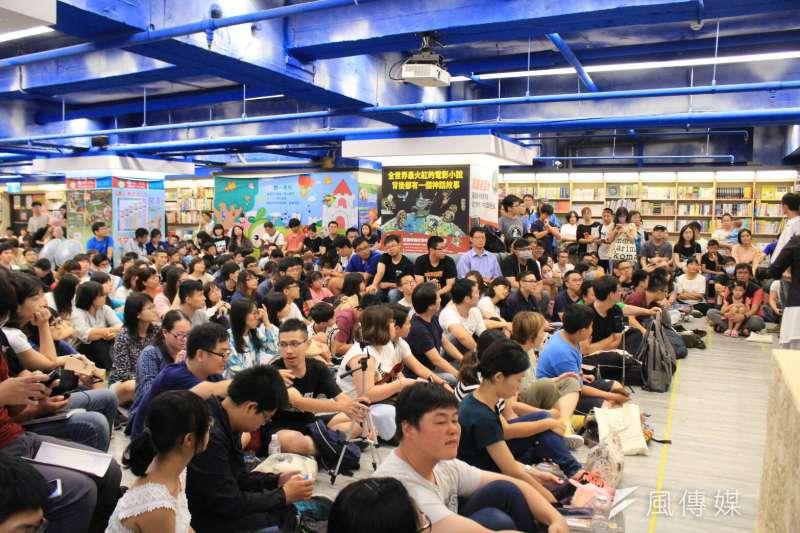 20180804-台北市長柯文哲4日下午前往台南出席《光榮城市》簽書會,現場來了數百名支持者,將書店擠得水洩不通。(方炳超攝)