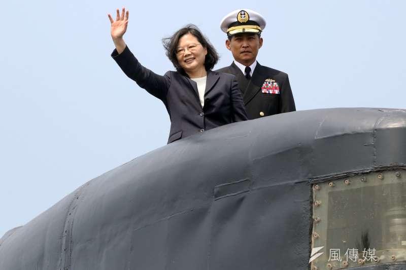 美國國務院公告台灣潛艦國造的行銷核准證,總統蔡英文16日表示,這不僅有助於台灣的自主防衛,對於維持台海和平與繁榮現狀,也有很大的幫助。圖為日前蔡英文登上海虎潛艦。(資料照,蘇仲泓攝)