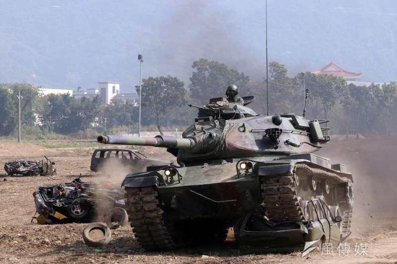 20170117-106年國軍春節加強戰備巡弋首站來到陸軍天山教練場,模擬重要目標遭到敵軍攻佔,陸軍派出M60A3戰車,面對報廢車輛等障礙物,展現裝甲車輛的震撼力,直接碾壓過去。(蘇仲泓攝)