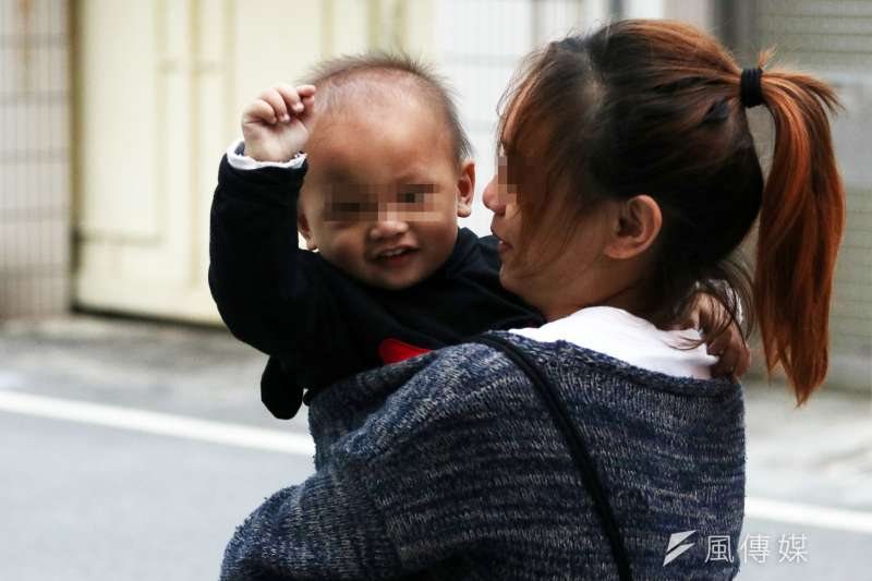 20161215-風數據專題-俞歡採訪花蓮小媽媽。訪談最後,小媽媽一歲半的兒子亮亮,時而向記者擺擺手,像是道再見一樣。(蘇仲泓攝)