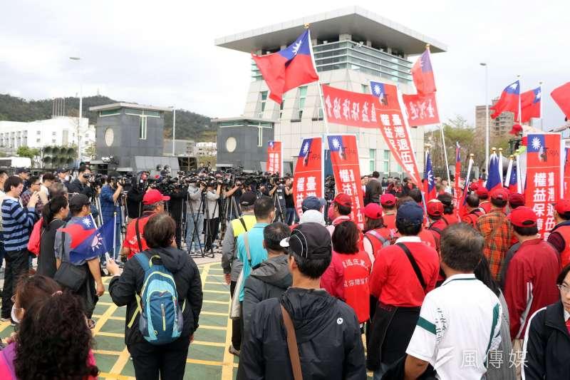 退伍軍人團體前往國防部外針對軍人退撫、年金改革等議題進行抗議。(蘇仲泓攝)