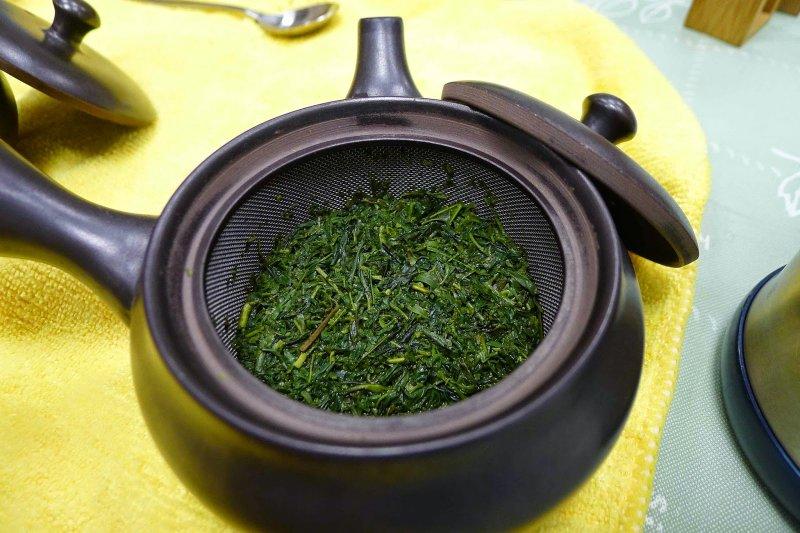 沖泡一回後的煎茶,色澤仍然鮮綠