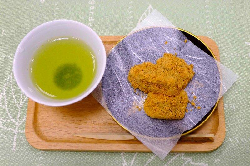 煎茶配上沾滿黃豆粉的蕨餅