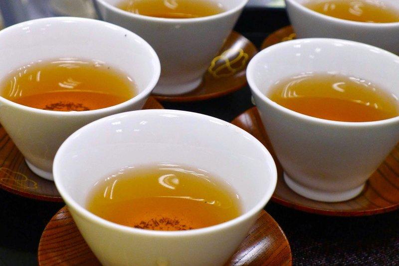 焙茶顏色較深,茶味較濃