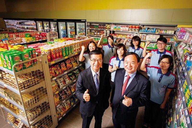 徐重仁(前排左)去年初轉任全聯總裁後,首度和董事長林敏雄(前排右)聯袂受訪,如何把「小七魂」帶進團隊,是全聯邁向本土零售業龍頭之路的第一關挑戰。(張家毓攝)