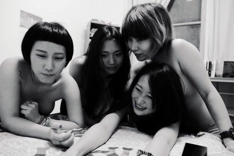 5名台灣女性在臉書(Facebook)po出「Free the Nipple」響應照。(圖╱翻攝王立柔臉書)