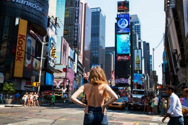 女人真的會想光著上半身出門?當然!《Topless In NYC: One Woman Bares All》網頁截圖;http://goo.gl/IQPnPE