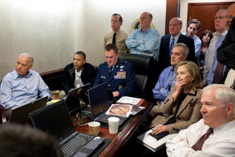 2011年5月2日,包括美國總統歐巴馬(左二)與當時國務卿希拉蕊(右二)在戰情室掌握狙殺賓拉登進度。(美聯社)