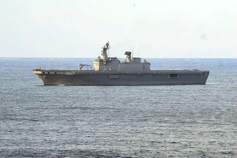 海軍為因應南海局勢的變化,在目前兩棲運輸載具能力不足的情況下,已將「弘運計劃」列為優先建案,希望在年底能將構型定案。圖為海軍擬參考的韓國獨島級直昇機突擊艦。(取自維基百科)