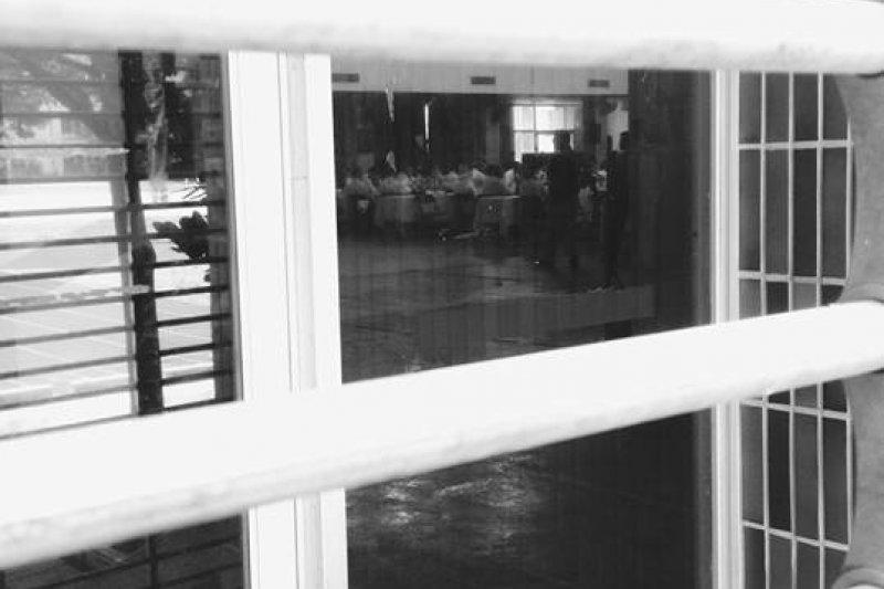 台南市長賴清德14日召開東區座談,場外爆發抗議衝突,結果會場拉下鐵門,東區座談擇期再開。(取自反台南鐵路東移粉絲專頁)