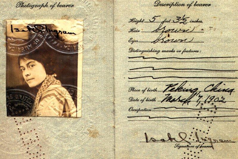 一百年前的護照相片沒有任何規定,可以放上自己喜歡的照片出國讓人看看你的回眸一笑(圖/flickr@Ken Mayer)