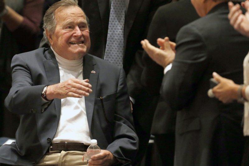 美國前總統老布希與夫人芭芭拉(美聯社)