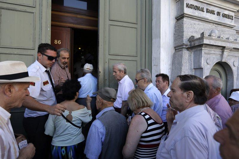 希臘銀行20日恢復營業,民眾魚貫進入。(美聯社)